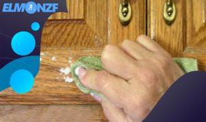 تنظيف وتلميع الأبواب الخشب البنية